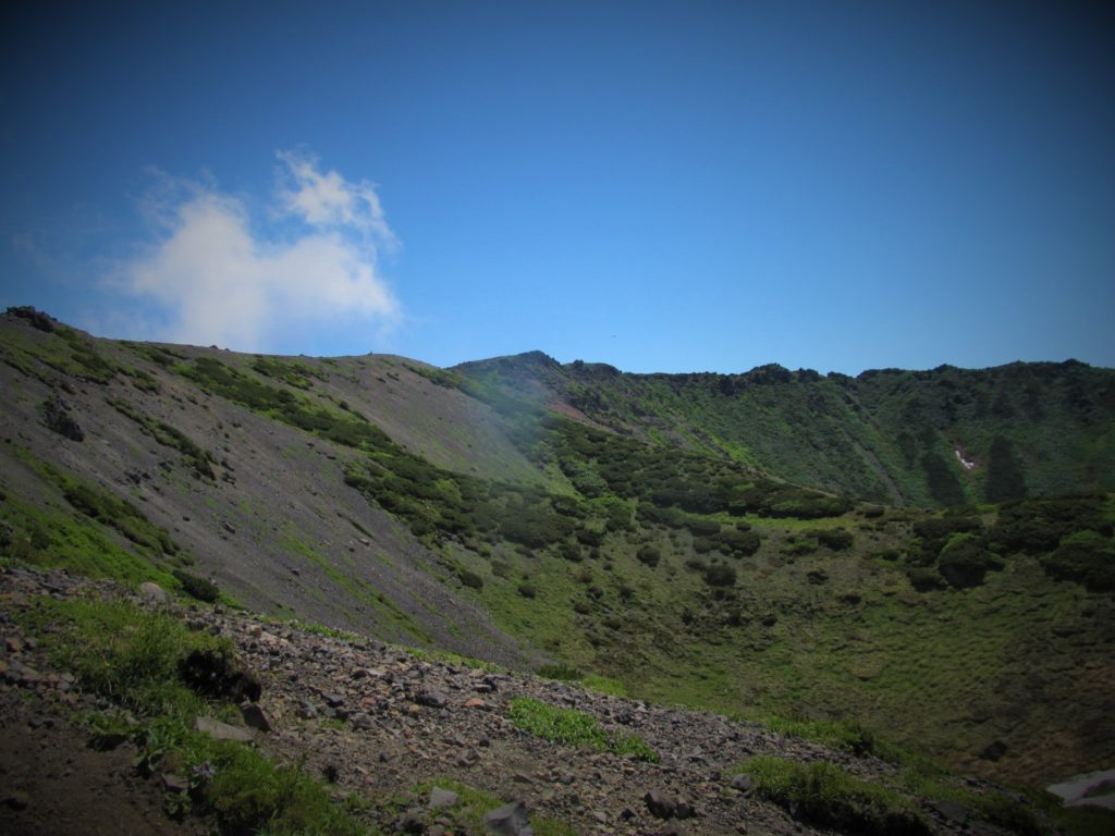 "The vast crater of the summit is commonly called ""father kiln"" (父窯)."
