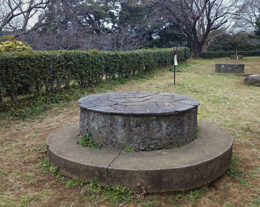 Aircraft cannon pedestal trace of Chidorigafuchi | 千鳥ヶ淵高射機関砲台座跡