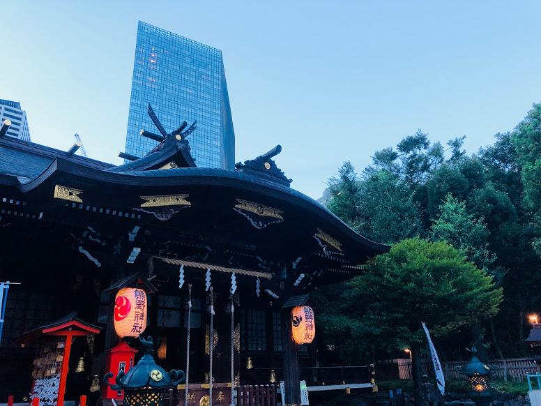 新宿中央公園に隣接する熊野神社