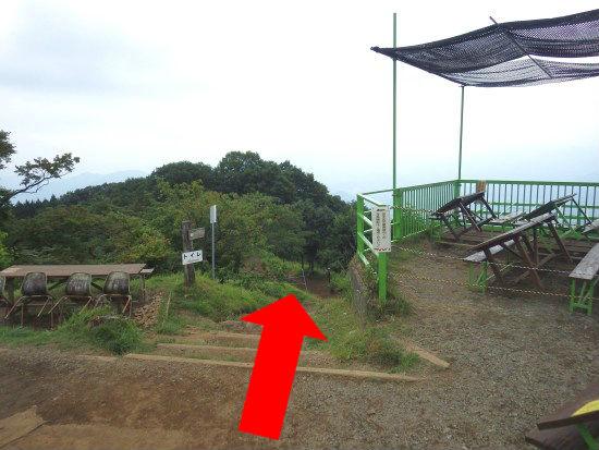 山頂には栃谷尾根への標識はないので気を付けてください。