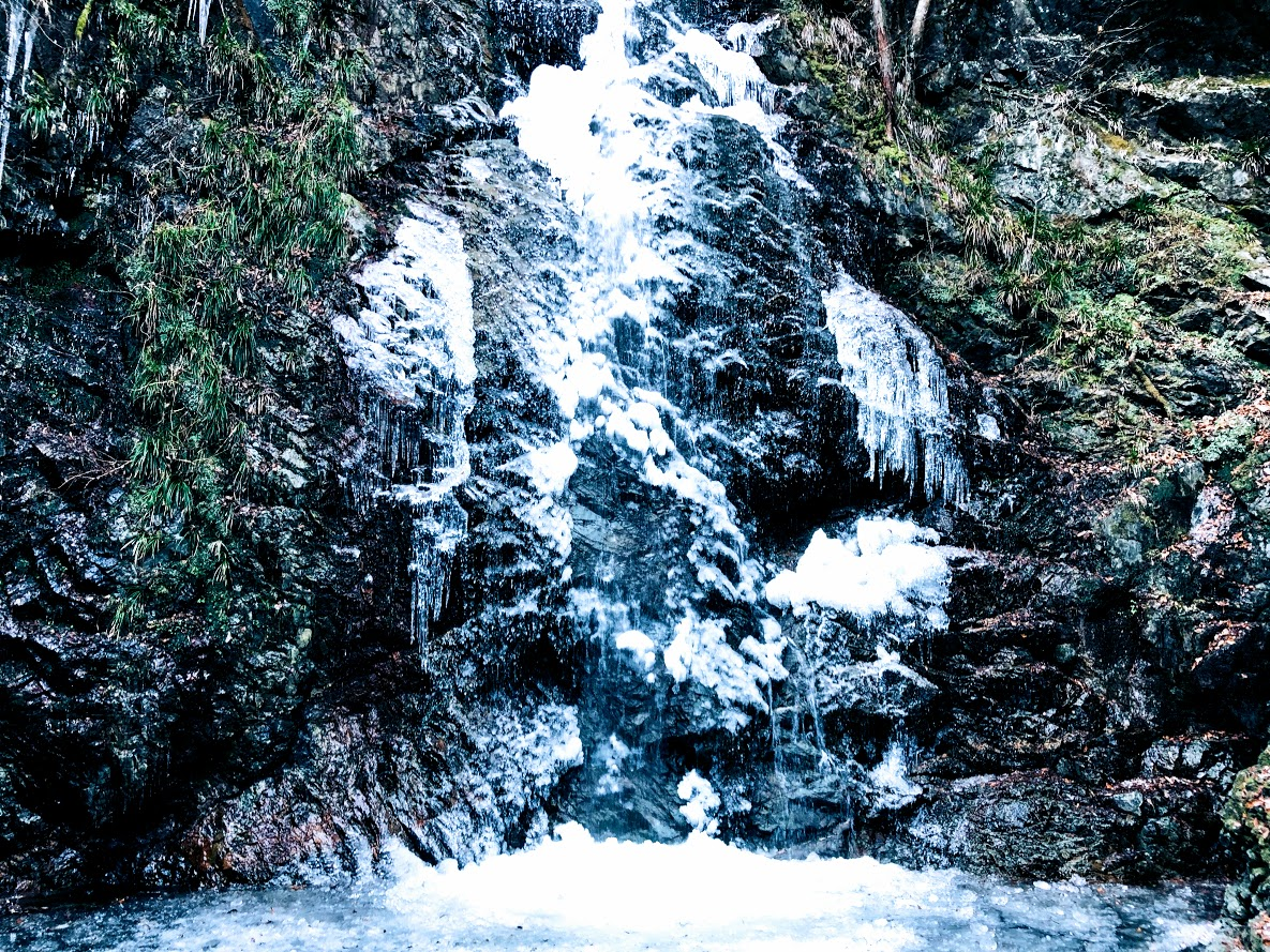 Hosawa Waterfall freezes from late January to early February. This photo above is February 2, 2019.